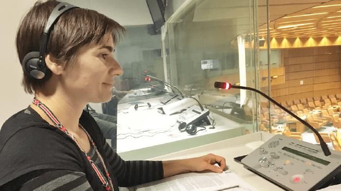 Elena Cisneros dans la cabine d'interprétation pour l'espagnol, à l'Office des Nations Unies à Vienne.