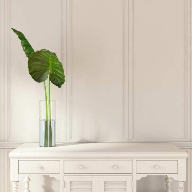 Küçük, basit beyaz masa