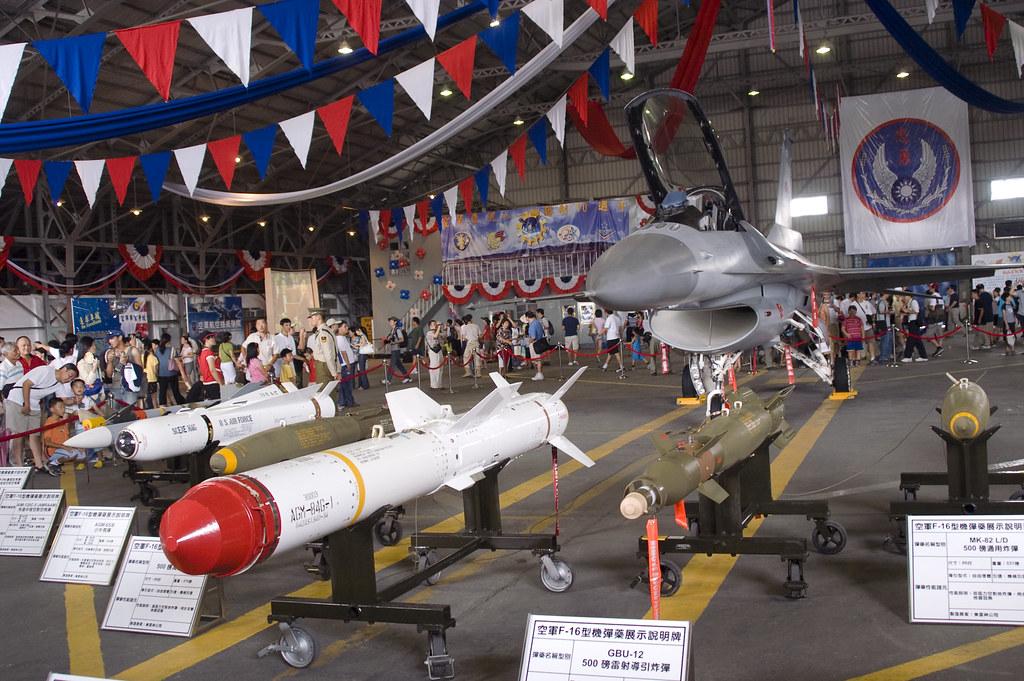 weapons of F16 | F-16在臺灣擔負的不只是空優而已. 也負責對地對艦的攻擊任務. 全世界的F16 AB… | Flickr