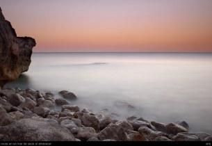 rocas en un mar de seda al amanecer