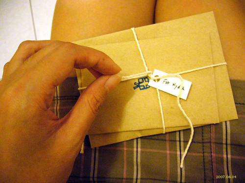 200708/04 | photo by Nydia 這一刻是最美好的時候 將禮物輕輕放在腿上 小心的拆開包裝 這樣期待… | Flickr