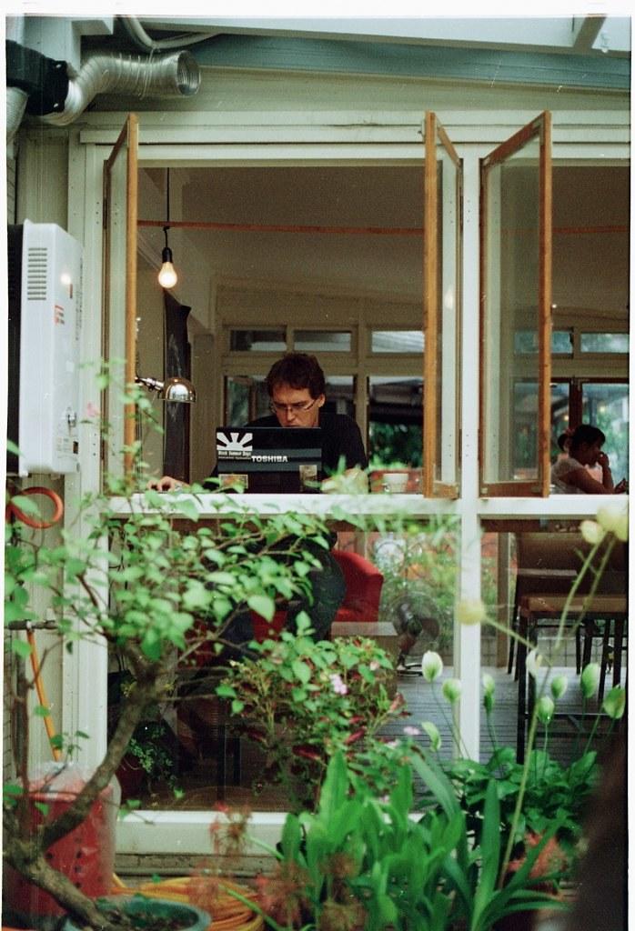 有個愜意的吸煙區。公館的野餐咖啡館。   Chiou Hau-Jou   Flickr