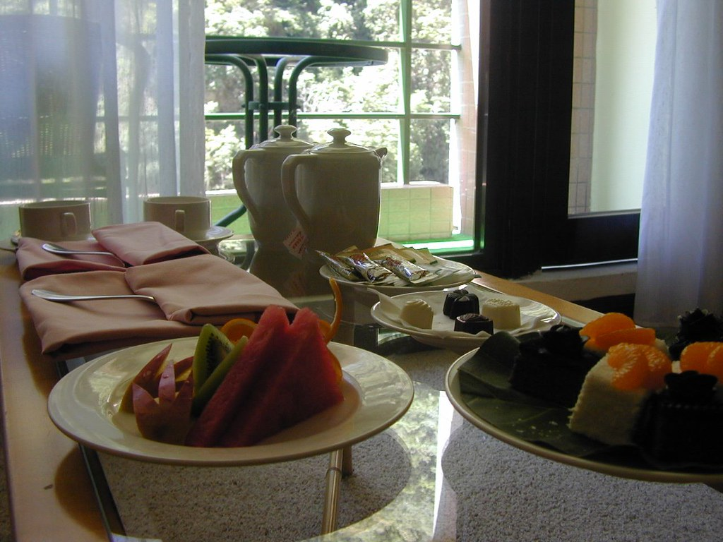 DSCN0379   2004-06,花蓮天祥晶華,河景房,一進來就有水果與蛋糕喔   Herry Lin   Flickr