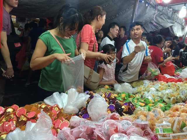 Lieke buying Taiwanese jelly