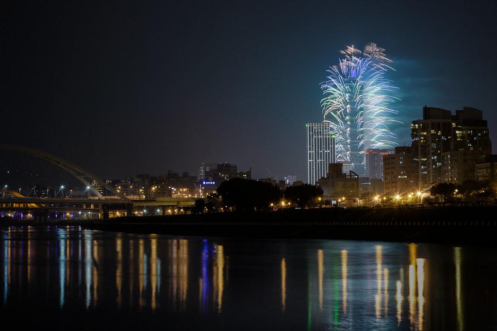 2016 臺北101 跨年煙火 | 彩虹河濱公園 | Yu-Chu Lien | Flickr