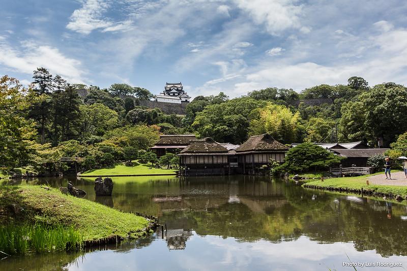 """Jardines Genkyu-en con el castillo de Hikone como """"paisaje prestado"""""""