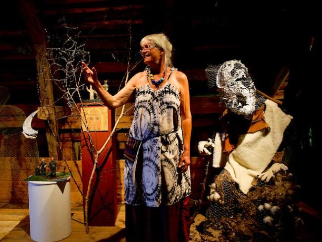Stine Hee  tillsammans med en av sina sagofigurer. Den här föreställer häxan Baba Jaga.