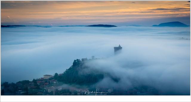 Het dorp Polignac met de ruïne in de mist. Magische omstandigheden die er niet altijd zijn. Maar als ze voorvallen... (EOS M5 + 60mm   ISO100   f/8   1/100)