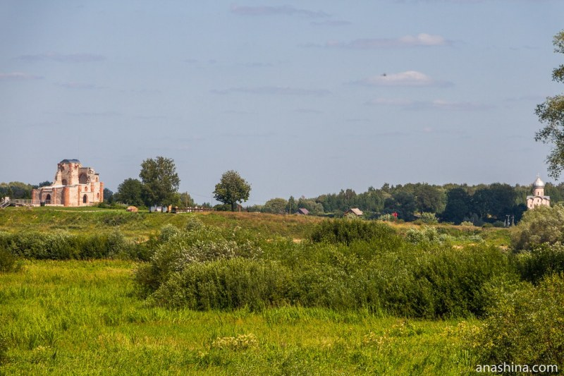 Руины Благовещенского собора на Рюриковом городище и храм Спаса Преображения на Нередице, Новгород