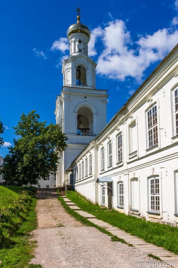 Юрьев монастырь, Великий Новгород, Келейный корпус и Надвратная колокольня