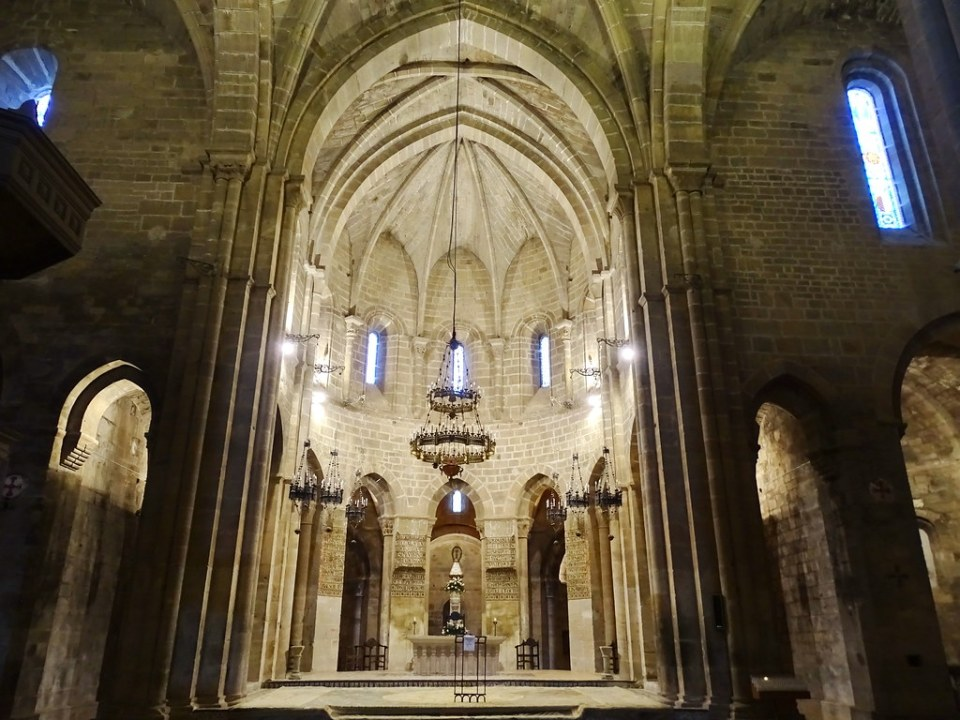 altar mayor nave central boveda interior Iglesia Real Monasterio de Santa Maria de Veruela Zaragoza 04