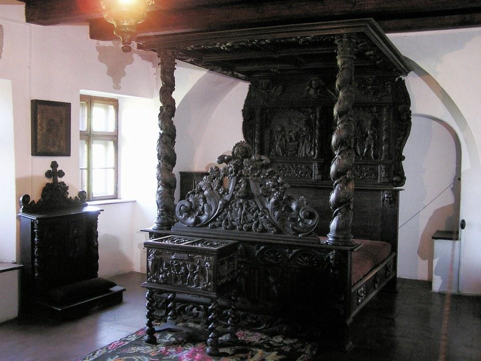 cama de madera tallada dormitorio Castillo de Bran o de Dracula Rumania 15