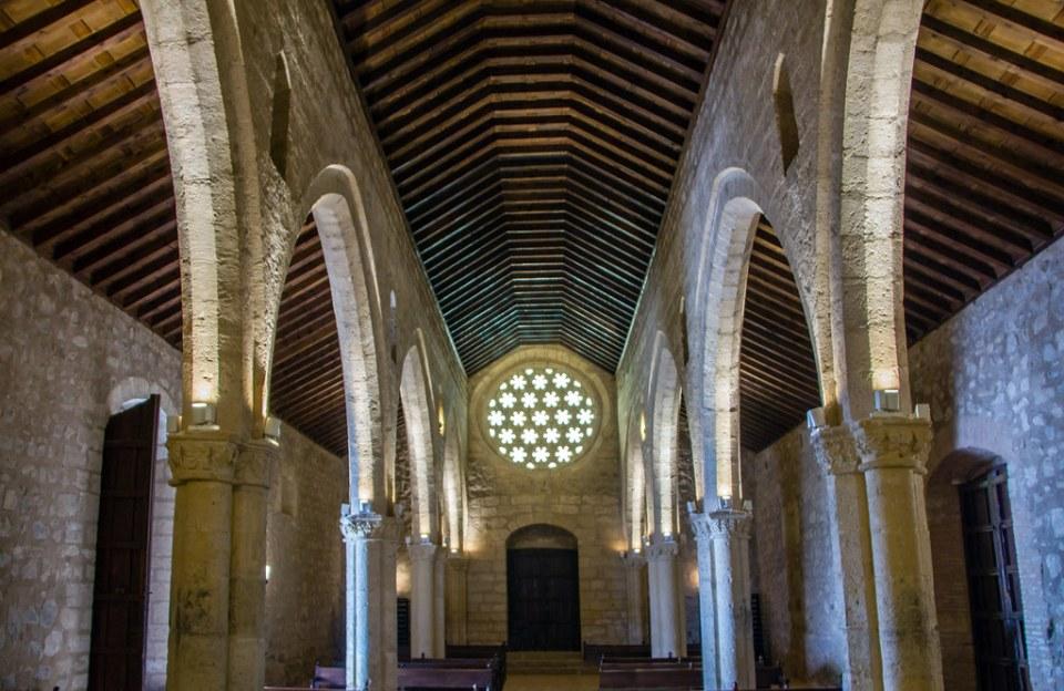 Nave central y roseton interior Ermita o Santuario de Nuestra Señora de Alarcos Ciudad Real 01