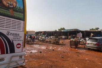 Dit is hoe een bus/truck-stop er in Mali uitziet.