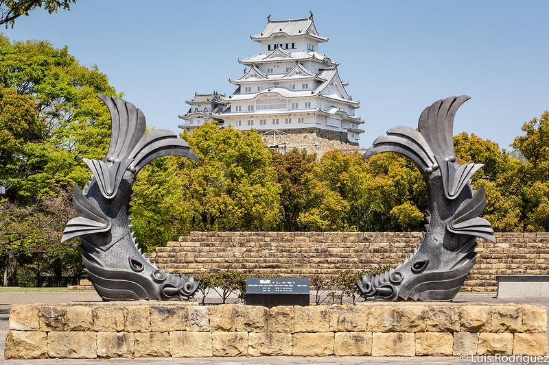 El castillo de Himeji enmarcado por unos sachihoko