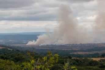 In de verte brandden de boeren de vegetatie plat om het land voor te bereiden op de nieuwe gewassen.