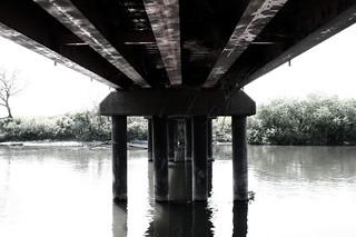 橋の下 | 橋の下というところはまるで秘密基地のようなところです。 水面と向こう側まで続く橋、すごく ...