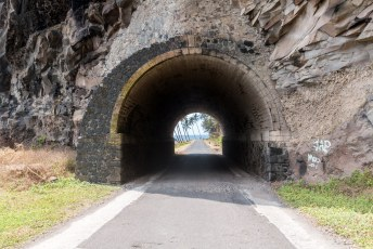 Met de klok mee rijdend moest ik natuurlijk weer door de tunnel.