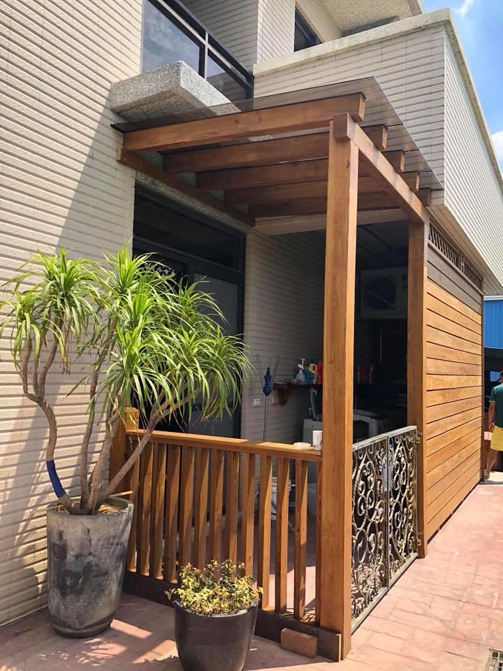 桃園文中路-庭院 南方松 玻璃 採光罩 圍籬 圍牆 欄桿 | 這南方松設計也太美! 打造質感空間就找園匠工坊專業 ...