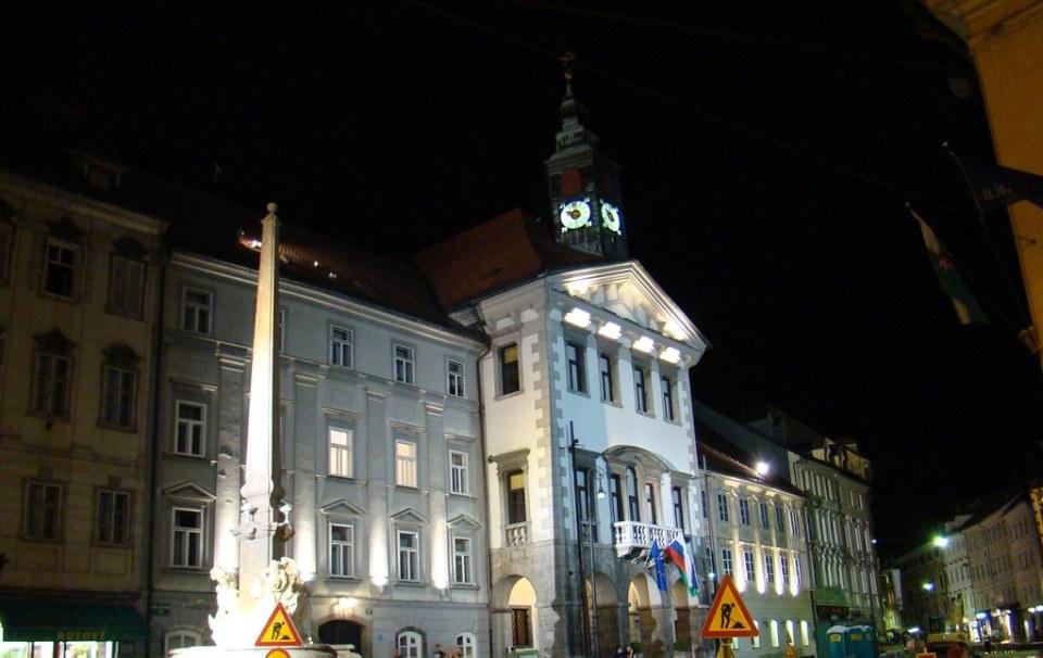 Fuente de Robba y Ayuntamiento Liubliana de noche Eslovenia 12