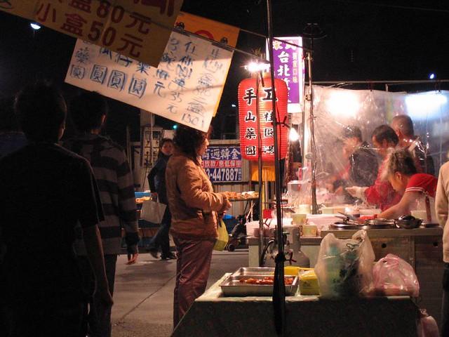 夜市   逛過臺北的各大知名夜市,到頭來我還是喜歡在鄉下逛夜市,享受可以踩著拖鞋短褲,自在露天吃喝的 ...