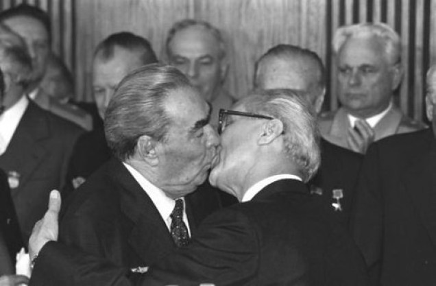 Leonid Breznev bacia Erich Honecker, nel 1979 | bacio | coaloalab | Flickr