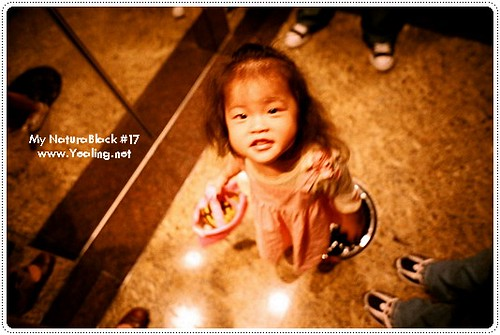 No17-02   可愛的潔咪 拿了瑪姬姨姨送的貴婦無嘴貓提包 腳踩乾媽瑞塔送的小櫻桃鞋 開心的很   葛蘿   Flickr