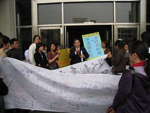 政大學生支援清潔工權益行動20080109 019   學生走進行政大樓要求面見校長   coolloud   Flickr