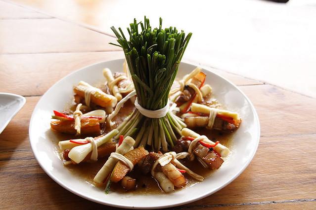 亭亭玉立   中央據說是蕗蕎的莖部,應該是菜名的由來。至於另外一個名稱「拉比拉比」,在原住民語的意思 ...