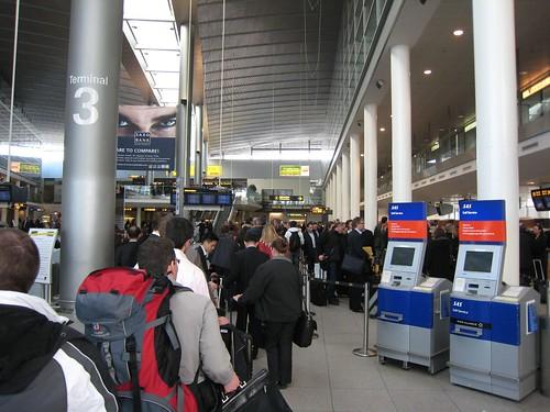 去到機場check in 排長龍,所有航班都係同一條隊,好彩最後趕得切。 | 今次再坐SAS, D飛機餐已經冇五年之前禁 ...