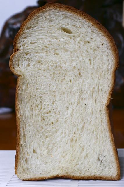 圓頂奶油吐司切面   從切面看得出來。桿捲時不均勻。所以麵包組織的螺紋偏向一邊。再接再厲。   Salt Tsau   Flickr