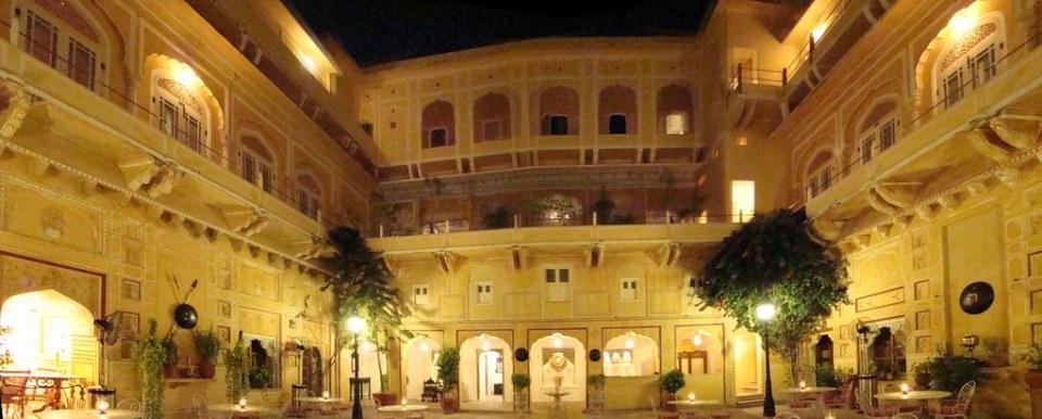 patio exterior de noche Palacio de Samode India 04