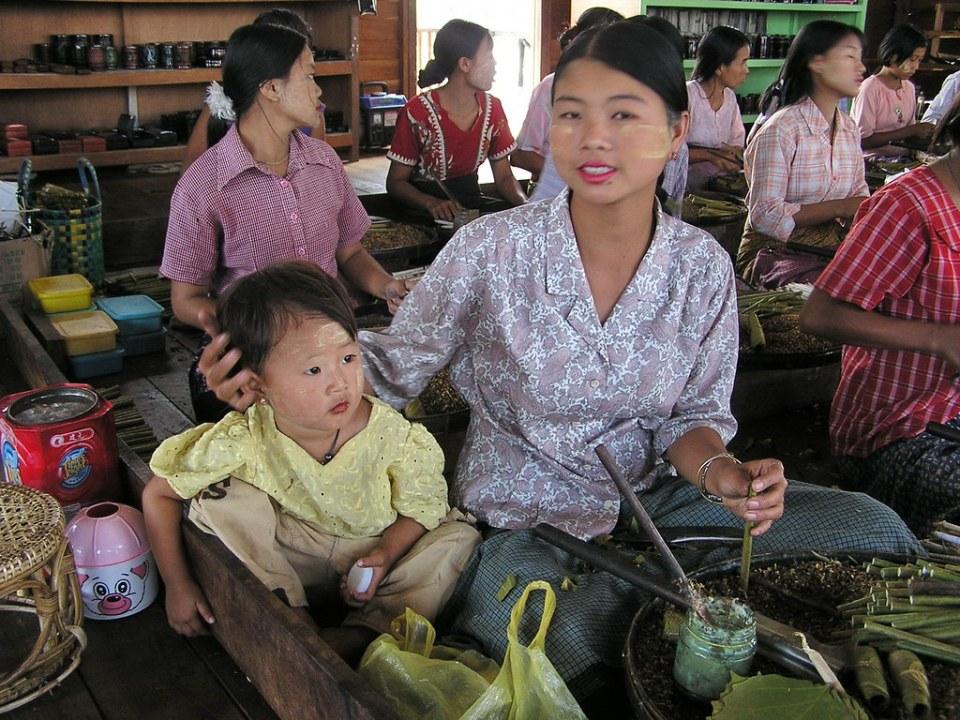 mujeres liando tabaco y madre con bebe Myanmar Birmania 17
