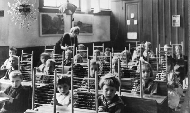 Telramen op de bank in de klas / Counting-frames in classroom