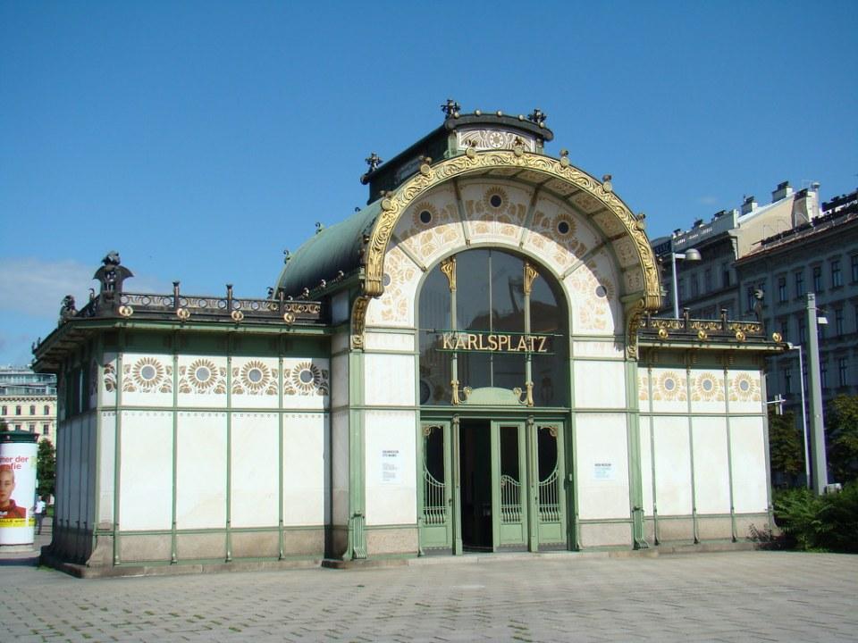 edificio histórico de Estacion de Metro en Karlsplatz Viena Austria Patrimonio de la Humanidad Unesco