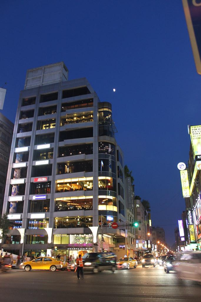 週末夜的臺北 我突然發現 很像只有我是一個人逛街 等著紅燈 拿出相機 為了那個四分之三 ~ 我不辭辛勞的帶著 ...