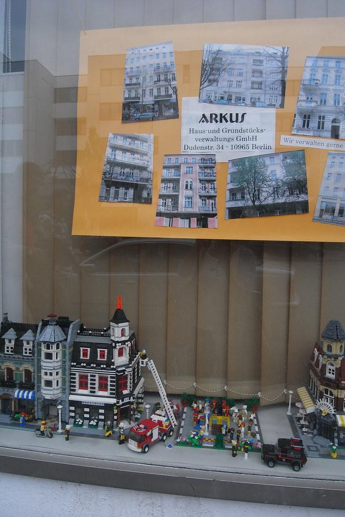 R0015871   這個房屋仲介很屌,可以用樂高拼出柏林的房子做為櫥窗展示   nicole's Brut Cake   Flickr
