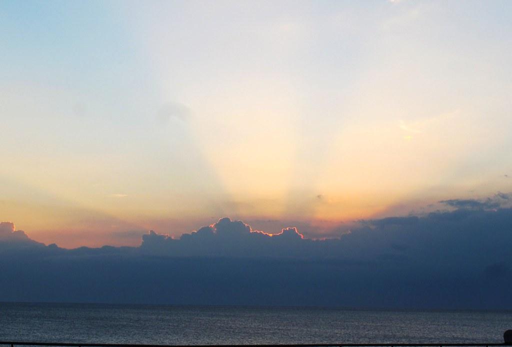 屏東 - 夕陽 | 接著要去臺灣水域館到後場參觀 走到戶外時剛好看到夕陽 | minioreocake | Flickr