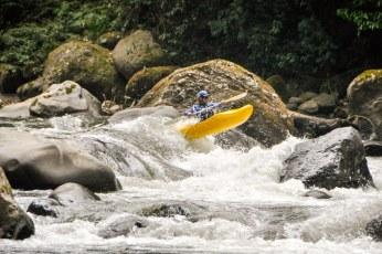 De begeleiders in de kayaks vermaken zich ondertussen ook  opperbest.