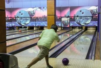 Met een kater begaven we ons een dag later naar de bowlingbaan.