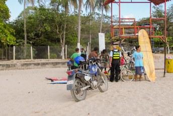 De volgende dag op het strand dopingcontrole (5 minuten nadat de politie weg was stonden de jongens al weer vrolijk te blowen).