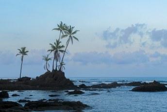 In alle vroegte lopen we via het strand terug naar de bewoonde wereld.