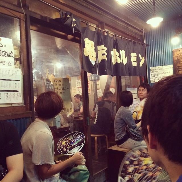 亀戸ホルモンにきてますー 並んでるみんなうちわ族 #亀戸ホルモン #ホルモン #東京 #下町 #tokyo #japan #food #dinner #night #evening #downtown