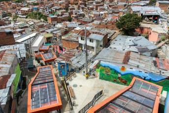 Ook deze roltrappen zijn gebouwd zodat de buurtbewoners veilig de wijk in en uitkunnen. Bijv. om te werken.