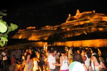 Dansen bij het Castillo de San Felipe.
