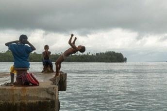 Weer of geen weer, deze kids sprongen elke dag van de pier.