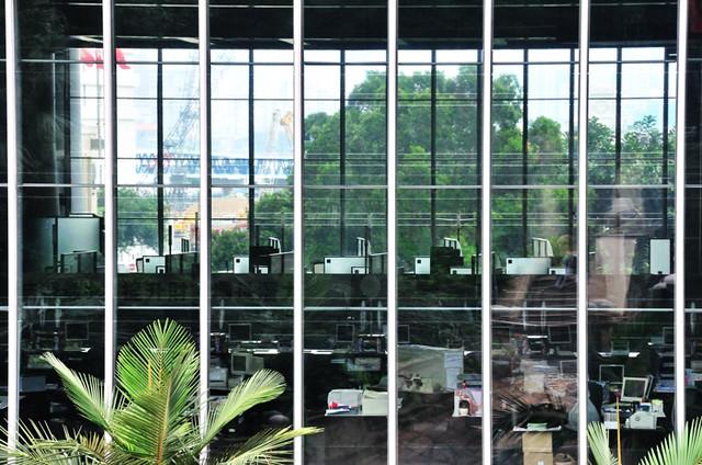匯豐銀行, 香港 | [環境] 匯豐銀行大樓是香港島的地標之一,雖然不是最高的大樓,但卻很顯眼。從大樓背後的 ...