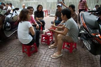 Junge Leute sitzen