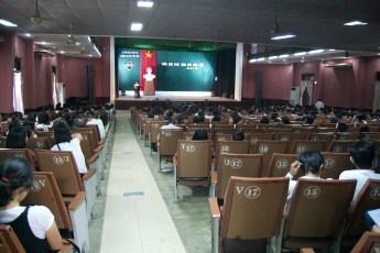 Schüler lauschen Vortrag