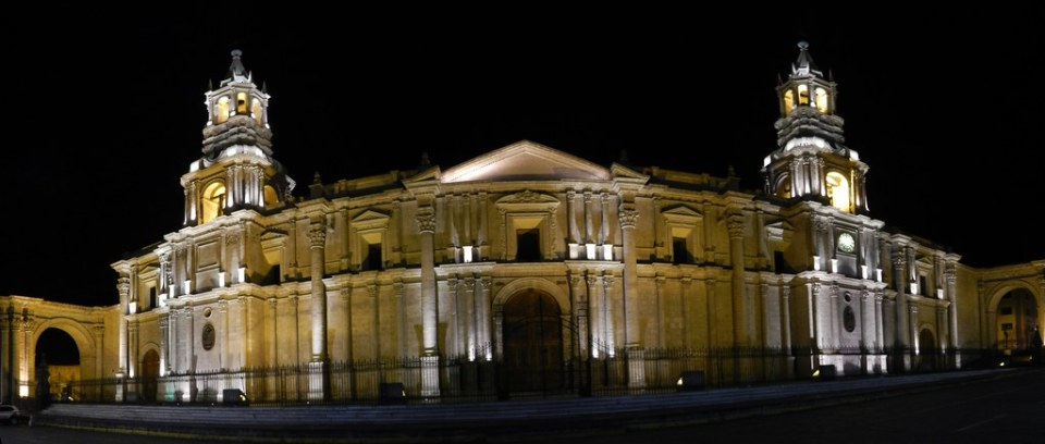 exterior de noche Catedral de Arequipa Peru 01